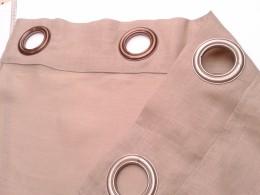 rideau en lin monté avec des oeillets de différentes couleurs