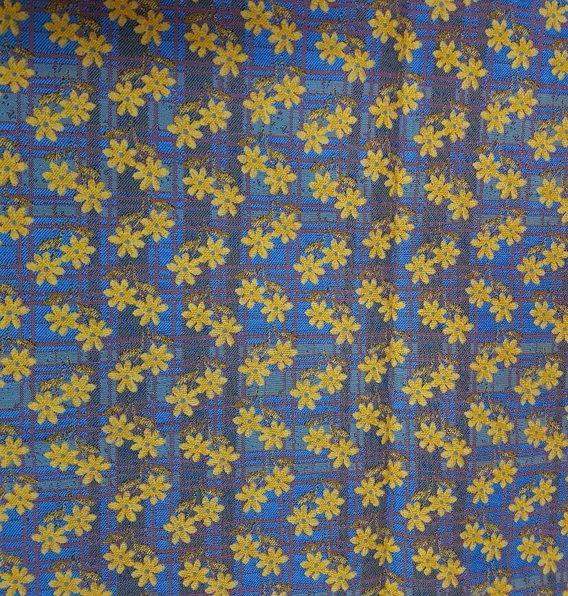 coupon de tissu fleuri jaune sur fond bleu