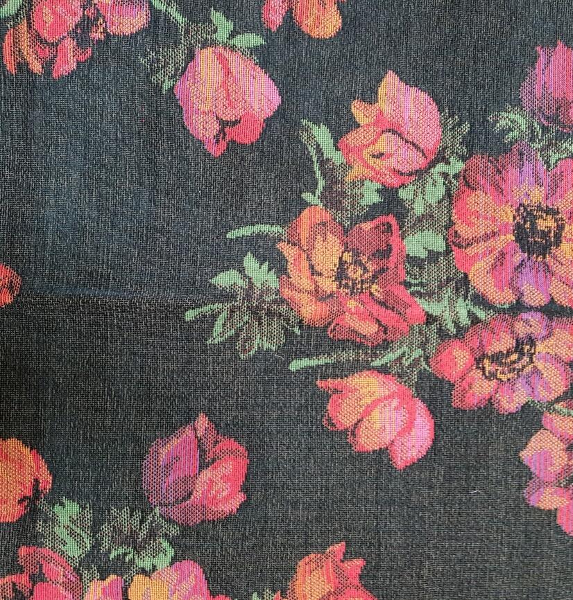 coupon de tissu fleuri sur fond noir